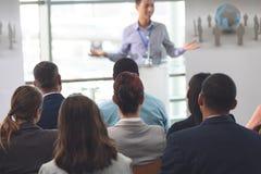 Grupo de profissionais do negócio que atendem a um seminário imagem de stock royalty free