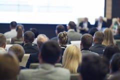 Grupo de profissionais na mesa redonda durante a conferência imagem de stock royalty free