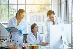 Grupo de projeto novo da pesquisa da estudante de Medicina da diversidade no laboratório com professor junto imagem de stock royalty free