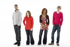 Grupo de quatro adolescentes no estúdio fotos de stock