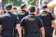 Grupo de quatro agentes da polícia armados foto de stock