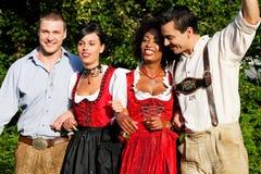 Grupo de quatro amigos em Tracht bávaro Foto de Stock Royalty Free