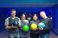 Amigos em um bowling Imagens de Stock