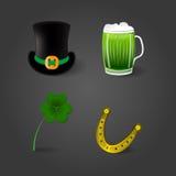 Grupo de quatro artigos com sombra no fundo escuro para o dia do ` s de St Patrick Fotos de Stock Royalty Free