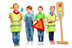 Grupo de quatro crianças que estudam regras da segurança rodoviária Imagem de Stock Royalty Free