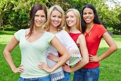 Grupo de quatro mulheres felizes na natureza imagens de stock royalty free