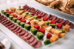 Grupo de queijo e de salame em uma bandeja com profundidade de campo rasa Fotos de Stock Royalty Free