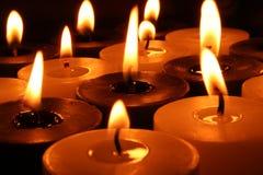 Grupo de quemar velas blancos y negros Fotos de archivo