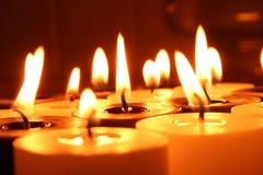 Grupo de quemar velas blancos y negros Fotos de archivo libres de regalías