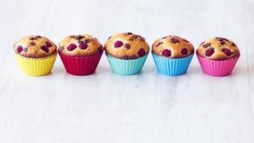 Grupo de queques deliciosos colocados na tabela Imagem de Stock