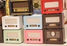Grupo de rádios velhos denominados retros Fotografia de Stock Royalty Free