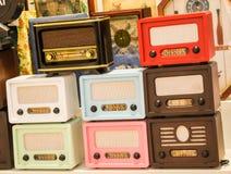 Grupo de rádios velhos denominados retros Foto de Stock