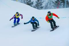 Grupo de raza en declive del snowboarder del atleta de los hombres fotos de archivo