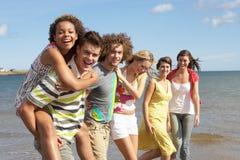 Grupo de recorrer joven de los amigos Fotografía de archivo libre de regalías