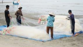 Grupo de rede dos peixes da tração do pescador Fotos de Stock