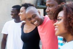 Grupo de relaxar homens afro-americanos e mulheres fotografia de stock