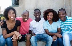 Grupo de relaxar o homem afro-americano e a mulher fotos de stock