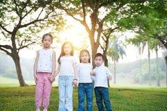 Grupo de retrato al aire libre de los niños asiáticos foto de archivo libre de regalías