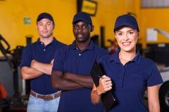 Trabajadores del garaje Fotos de archivo libres de regalías