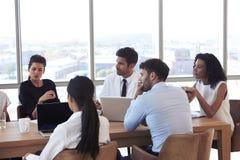 Grupo de reunión del personal médico alrededor de la tabla en hospital Fotos de archivo