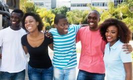 Grupo de rir o homem afro-americano e a mulher que andam no fotos de stock royalty free