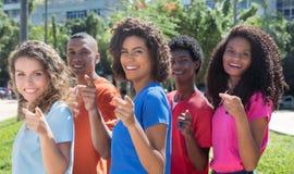 Grupo de rir os adultos novos brasileiros que apontam na câmera fotografia de stock royalty free