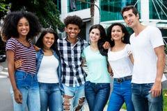 Grupo de rir povos adultos novos internacionais na cidade foto de stock royalty free