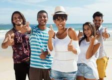 Grupo de risa de hombre multiétnico y de mujeres en la playa Fotografía de archivo libre de regalías