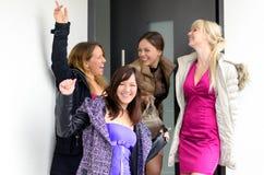 Grupo de risa feliz de mujeres jovenes elegantes Fotos de archivo