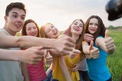 Grupo de risa feliz de la gente joven Fotografía de archivo libre de regalías