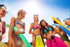 Grupo de risa de niños en la playa Fotografía de archivo libre de regalías