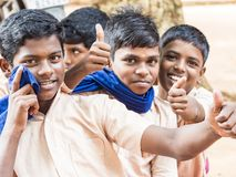 Grupo de risa sonriente de los niños de los amigos de los compañeros de clase divertidos felices de los muchachos mostrando el pu fotos de archivo