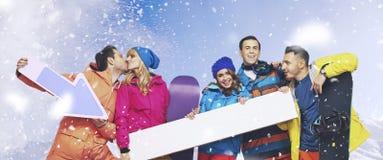 Grupo de riso de snowboarders com o fundo nevando Imagens de Stock