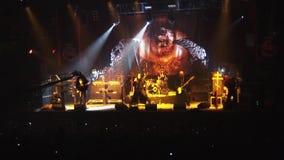 Grupo de rock Kukryniksy que executa na fase do clube noturno spotlights músicos concert soloist video estoque