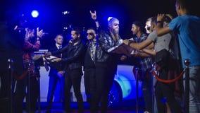Grupo de rock que anda no tapete vermelho foto de stock