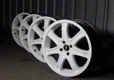 Grupo de rodas de carro desportivo brancas desmontadas na oficina do carro Fotografia de Stock