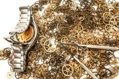 Grupo de rodas denteadas com um relógio de pulso análogo fotos de stock royalty free