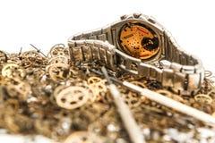 Grupo de rodas denteadas com um relógio de pulso análogo imagens de stock royalty free