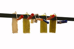 Grupo de rolos de pintura que penduram para fora para secar Imagem de Stock Royalty Free