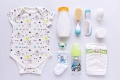 Grupo de ropa y de equipo del bebé Fotos de archivo