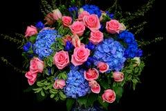 Grupo de rosas e de flores cor-de-rosa da hortênsia imagem de stock