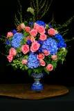Grupo de rosas e de flores cor-de-rosa da hortênsia imagens de stock royalty free