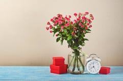 Grupo de rosas e do presente cor-de-rosa Imagens de Stock
