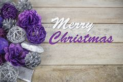 Grupo de roxo e de decoração do Natal da prata em um fundo de madeira com texto no ` inglês do Feliz Natal do ` Fotos de Stock Royalty Free