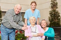 Grupo de sêniores com enfermeira geriátrico imagem de stock royalty free