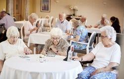 Grupo de sêniores que jogam o jogo do Bingo no lar de idosos imagem de stock royalty free
