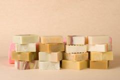Grupo de sabão handmade com material erval Foto de Stock