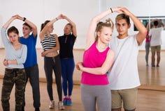 Grupo de salsa adolescente da dança no estúdio da dança fotos de stock