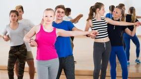 Grupo de salsa adolescente del baile en estudio de la danza Imagenes de archivo