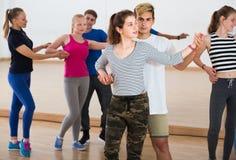 Grupo de salsa adolescente del baile en estudio de la danza Imagen de archivo libre de regalías